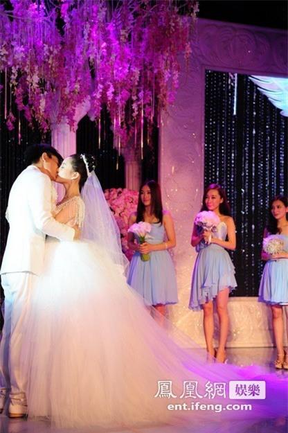 Ảnh cưới của Lý Tiểu Lộ - Giả Nãi Lượng khiến dân tình xót xa: Chú rể nâng niu, hôn chân cô dâu trong xúc động! - Ảnh 8.