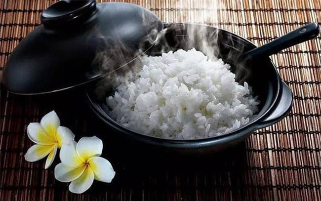 Nấu cơm sống thì đừng đổ cả nồi vào sọt rác mà hãy cho một ít rượu vào trộn với cơm theo tỷ lệ này  - Ảnh 1.