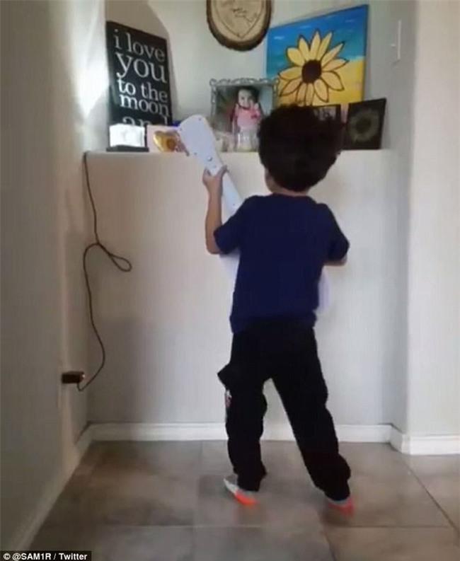 Cậu bé 4 tuổi đánh đàn, hát nhạc phim Coco trước tấm ảnh em gái và câu chuyện thực sự khiến nhiều người cảm động - Ảnh 6.