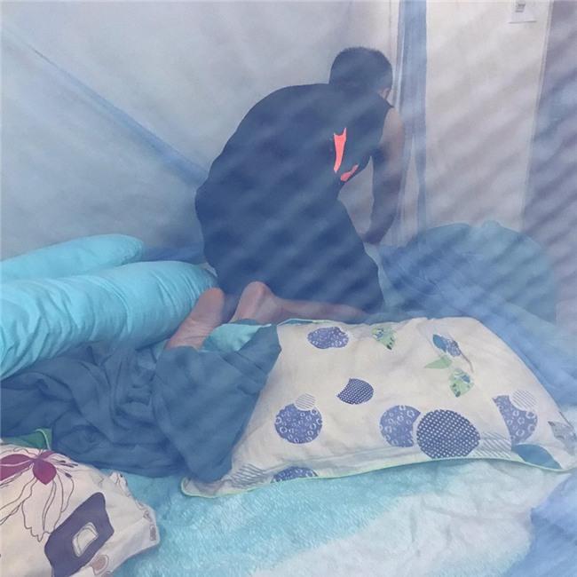 Tú Vi được ông xã Văn Anh cắt tỉa móng, bưng nước ngâm chân khi mang bầu-12