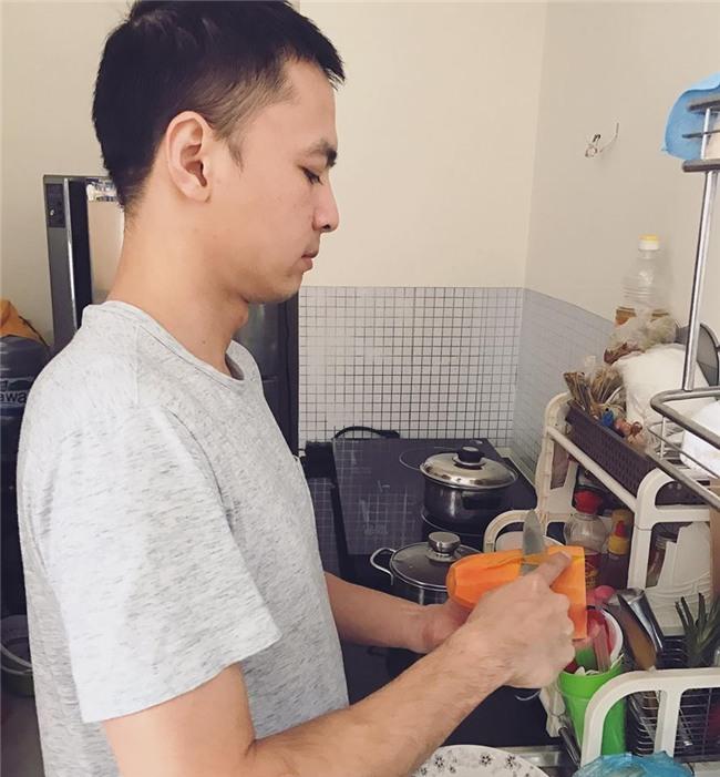Tú Vi được ông xã Văn Anh cắt tỉa móng, bưng nước ngâm chân khi mang bầu-8