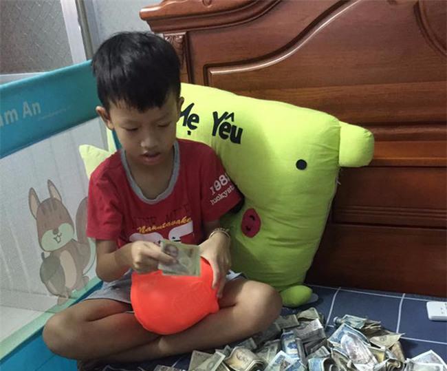 Câu chuyện đằng sau những tờ tiền lẻ của cậu bé lớp 4: Quyết khui heo hùn tiền cứu bà nội ốm nằm viện - Ảnh 1.