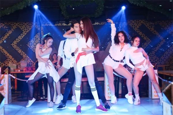 Lan Khuê nhảy sexy, cùng fan quẩy vũ điệu say rượu của Mỹ Tâm-4