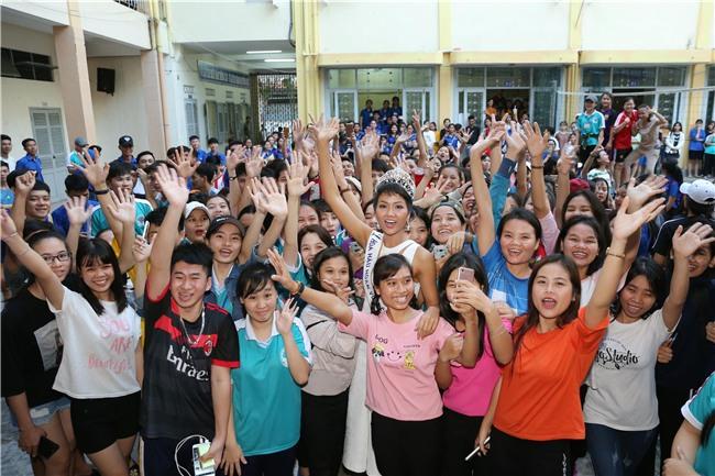 Tân hoa hậu HHen Niê xúc động ôm chầm lấy cô giáo khi về thăm trường cũ-1