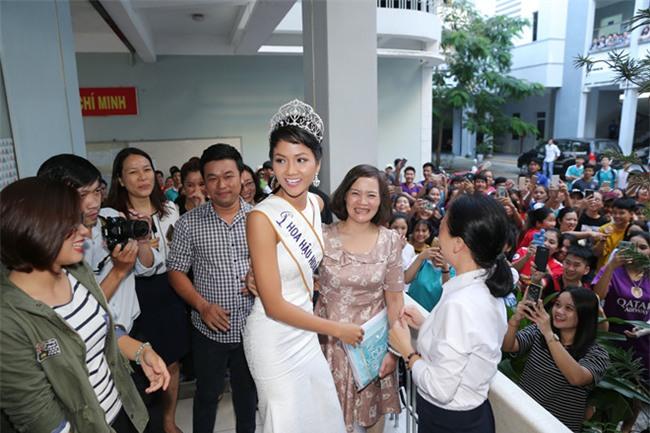 Tân hoa hậu HHen Niê xúc động ôm chầm lấy cô giáo khi về thăm trường cũ-6