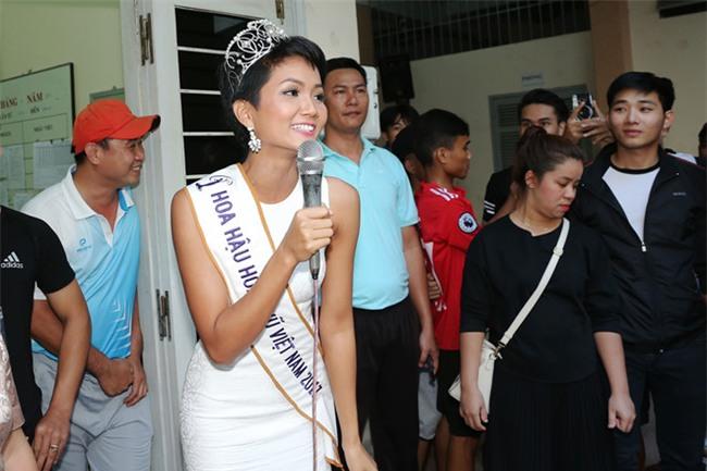Tân hoa hậu HHen Niê xúc động ôm chầm lấy cô giáo khi về thăm trường cũ-8