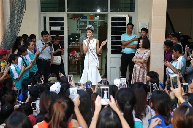 Tân hoa hậu HHen Niê xúc động ôm chầm lấy cô giáo khi về thăm trường cũ-9