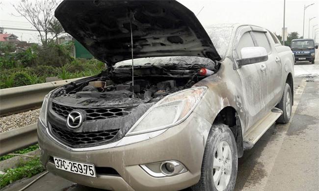 Xe Mazda bán tải bốc cháy khi lưu thông trên quốc lộ 1