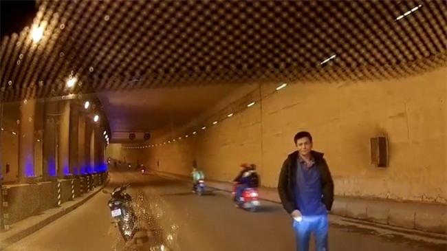Hà Nội: Say rượu, người đàn ông chạy xe máy ra đường chặn xe, cầm gạch đập vỡ kính ô tô - Ảnh 1.