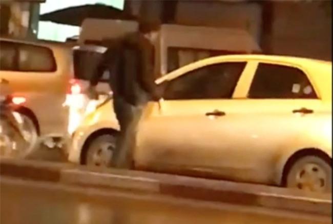 Hà Nội: Say rượu, người đàn ông chạy xe máy ra đường chặn xe, cầm gạch đập vỡ kính ô tô - Ảnh 3.
