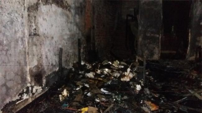 Hà Nội: 3 con nhỏ cùng người mẹ thoát chết kỳ diệu trong ngôi nhà bị thiêu rụi - Ảnh 1.