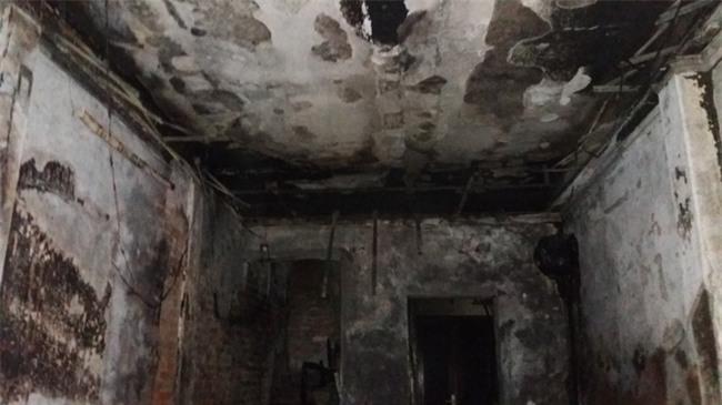Hà Nội: 3 con nhỏ cùng người mẹ thoát chết kỳ diệu trong ngôi nhà bị thiêu rụi - Ảnh 7.
