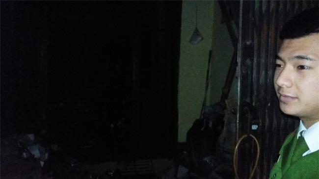 Hà Nội: 3 con nhỏ cùng người mẹ thoát chết kỳ diệu trong ngôi nhà bị thiêu rụi - Ảnh 9.