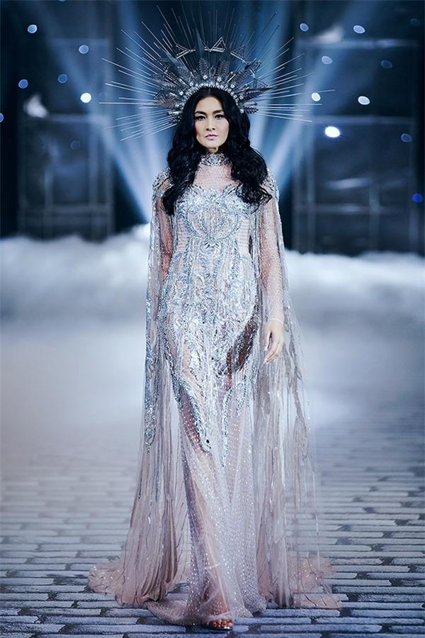 Chẳng ai ngờ thiết kế váy giúp Hoàng Thùy chinh phục ngôi Á hậu 1 còn đụng hàng cả siêu mẫu Lukkade-5