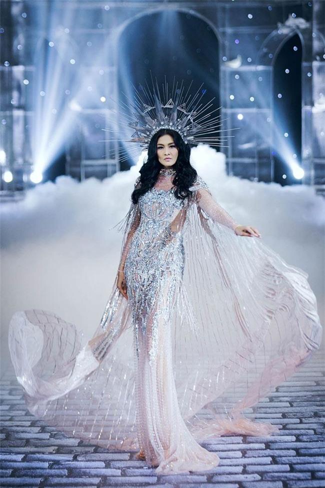 Chẳng ai ngờ thiết kế váy giúp Hoàng Thùy chinh phục ngôi Á hậu 1 còn đụng hàng cả siêu mẫu Lukkade-7