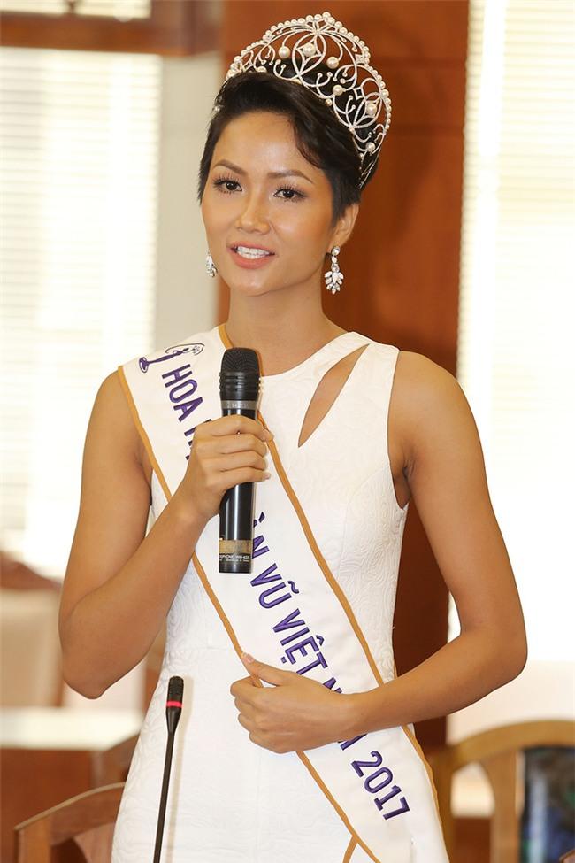 Stylist hé lộ về Hoa hậu H'Hen Niê: Đi event nào cũng chỉ đi 1 đôi giày - Tin sao Viet - Tin tuc sao Viet - Scandal sao Viet - Tin tuc cua Sao - Tin cua Sao