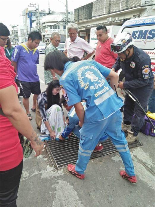 Thái Lan: Mải nghịch điện thoại, cô gái trẻ bất cẩn để lọt chân vào miệng cống ngầm, phải nhờ cứu hộ đến giải thoát - Ảnh 3.