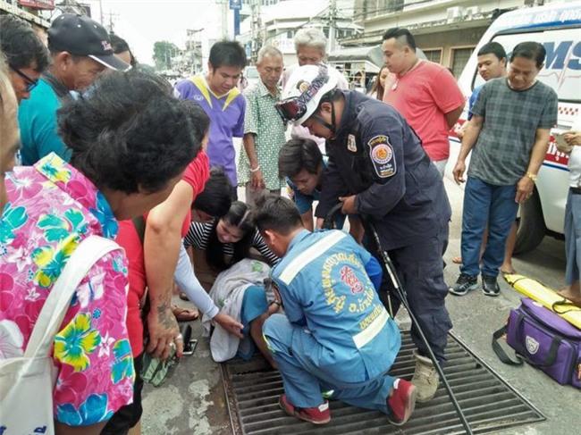 Thái Lan: Mải nghịch điện thoại, cô gái trẻ bất cẩn để lọt chân vào miệng cống ngầm, phải nhờ cứu hộ đến giải thoát - Ảnh 4.