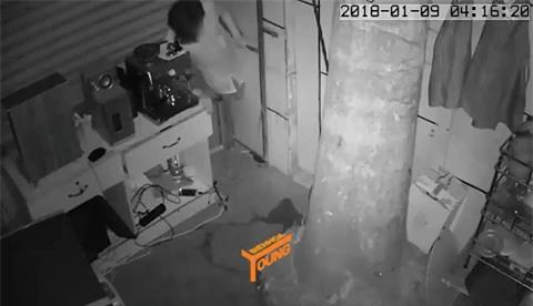 Clip: Đạo chích khoét vách tường, chui vào nhà trộm tài sản lúc sáng sớm - Ảnh 2.