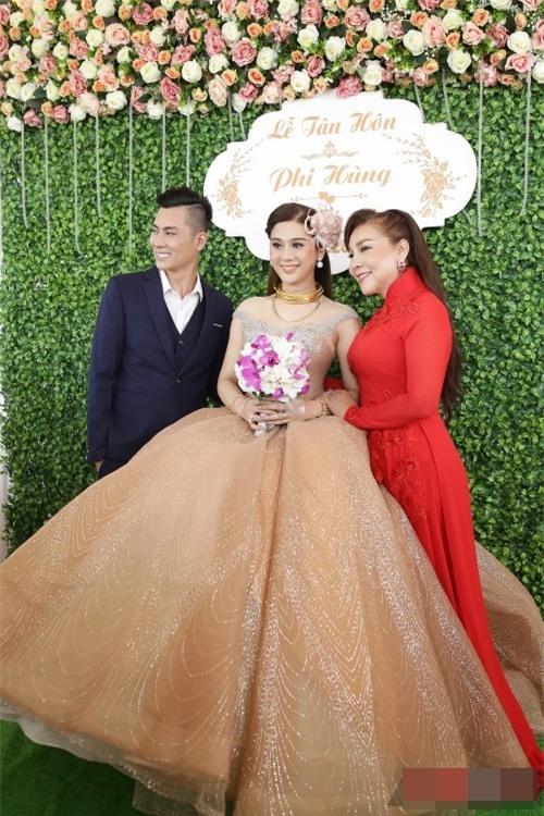 TRỰC TIẾP: Lâm Khánh Chi diện đầm 10m sẵn sàng đón khách dự tiệc cưới-2