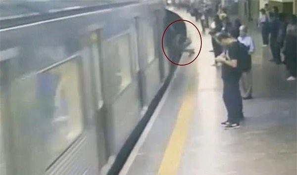 Đang đứng đợi tàu điện, nữ hành khách suýt mất mạng vì một cú đẩy - Ảnh 2.