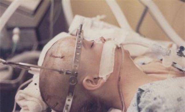 20 năm chìm trong hôn mê, đến khi tỉnh dậy, cô gái nói cho gia đình nghe một sự thật khiến y học kinh ngạc - Ảnh 2.