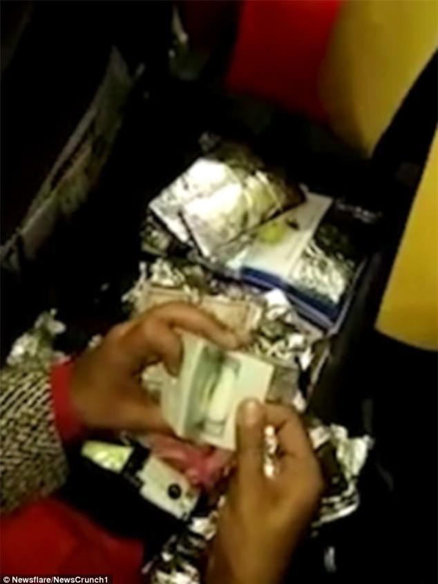 Chuyển lậu cả chục cục tiền trị giá hơn 10 tỷ gói trong mỹ phẩm, nữ tiếp viên hàng không bị bắt tại trận - Ảnh 3.