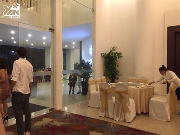 Sau khi hôn lễ chính thức bắt đầu, vì số lượng khách mời quá đông nên một số bàn tiệc đã được sắp xếp ra khu vực sảnh tiệc nhanh chóng để có chỗ ngồi cho mọi người tham dự. - Tin sao Viet - Tin tuc sao Viet - Scandal sao Viet - Tin tuc cua Sao - Tin cua Sao