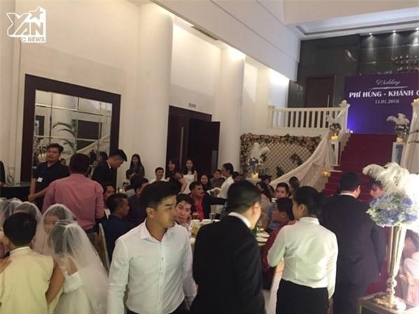 Khu vực sảnh tiệc cưới chật kín khách mời, gây khó khăn trong quá trình di chuyển. - Tin sao Viet - Tin tuc sao Viet - Scandal sao Viet - Tin tuc cua Sao - Tin cua Sao