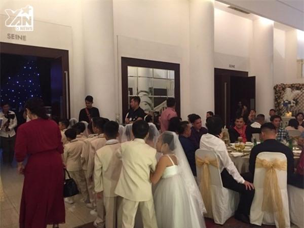 Địa điểm sát cửa ra vào trung tâm tổ chức hôn lễ được sắp xếp thêm 2-3 bàn tiệc cho khách mời. - Tin sao Viet - Tin tuc sao Viet - Scandal sao Viet - Tin tuc cua Sao - Tin cua Sao