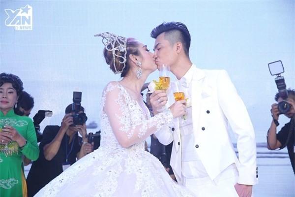 Vợ chồng Lâm Khánh Chi hôn nhau say đắm trong đám cưới ở TP.HCM. - Tin sao Viet - Tin tuc sao Viet - Scandal sao Viet - Tin tuc cua Sao - Tin cua Sao