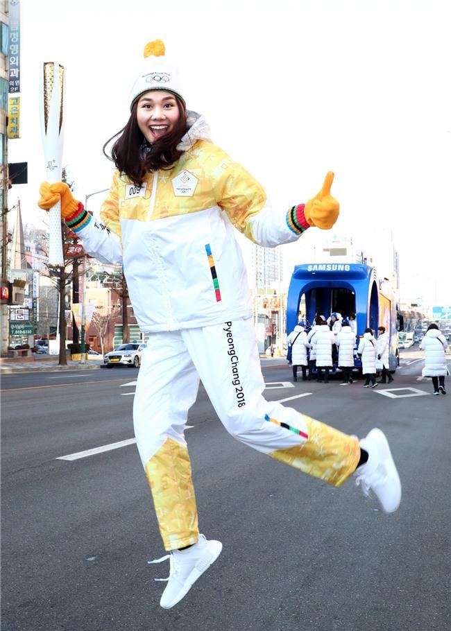 Trời lạnh -10 độ, Thanh Hằng vẫn đẹp rạng rỡ đi rước đuốc ở Thế vận hội mùa đông 2018 tại Hàn Quốc - Ảnh 4.
