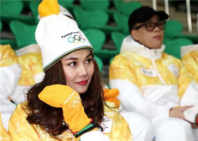 Trời lạnh -10 độ, Thanh Hằng vẫn đẹp rạng rỡ đi rước đuốc ở Thế vận hội mùa đông 2018 tại Hàn Quốc - Ảnh 5.