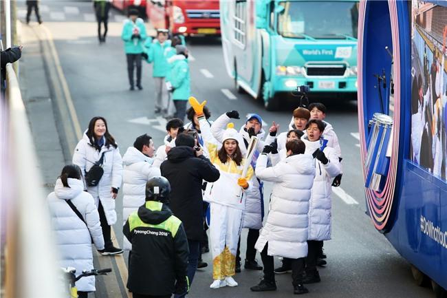 Trời lạnh -10 độ, Thanh Hằng vẫn đẹp rạng rỡ đi rước đuốc ở Thế vận hội mùa đông 2018 tại Hàn Quốc - Ảnh 7.