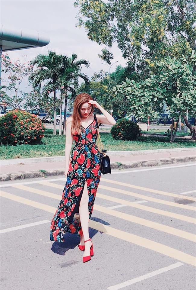 Phạm Hương khoe chân dài bất tận, Kỳ Duyên diện phụ kiện hàng hiệu chất lừ trong street style tuần này - Ảnh 18.