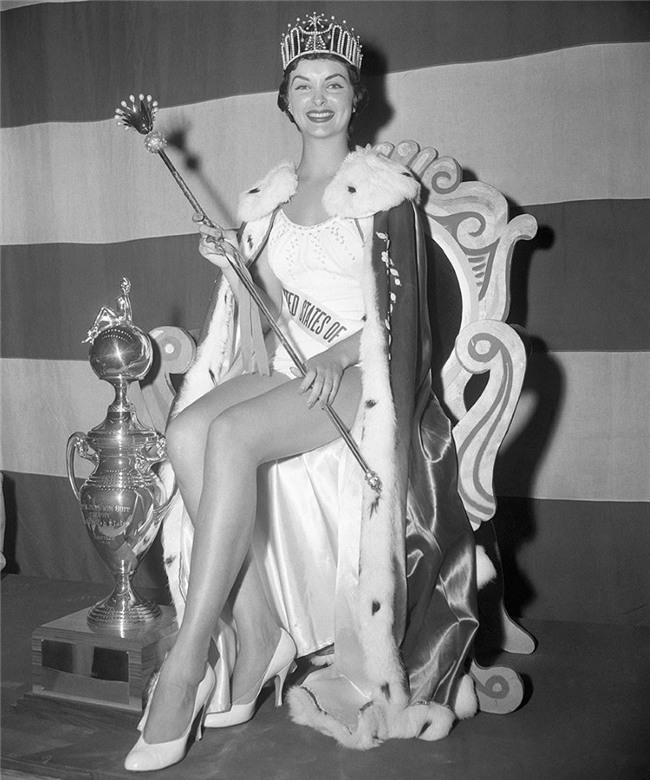 Những vụ Hoa hậu bị tước vương miện trên thế giới: Kẻ lộ ảnh nude, người bị phát hiện có chồng con - Ảnh 7.