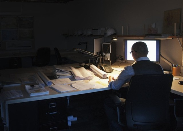 Đêm nào anh cũng phải làm việc đến 1 - 2 giờ sáng (Ảnh minh họa: IT)