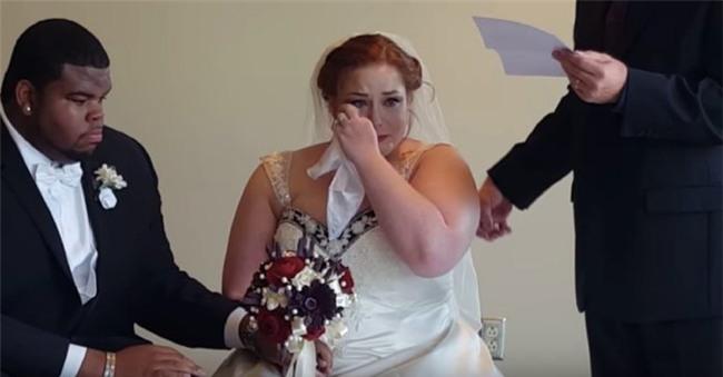 Nghe nội dung lá thư bí mật gửi đến cho mình, cô dâu chú rể cùng òa khóc - Ảnh 7.