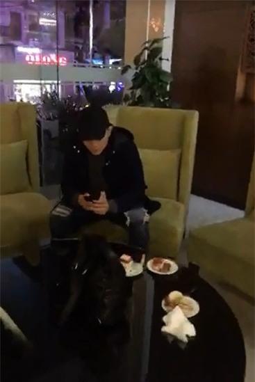 Tim ngồi chăm chú vào điện thoại, mặc cho mọi người đang chuẩn bị bánh kem để Trương Quỳnh Anh thổi nến. - Tin sao Viet - Tin tuc sao Viet - Scandal sao Viet - Tin tuc cua Sao - Tin cua Sao