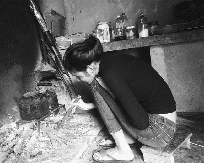 Gian bếp đơn sơ của gia đìnhHoàng Thuỳ.Dù khi là người nổi tiếng nhưng mỗi lần về nhà, cô đều dùng củi khô, nấu nước giúp mẹ. - Tin sao Viet - Tin tuc sao Viet - Scandal sao Viet - Tin tuc cua Sao - Tin cua Sao