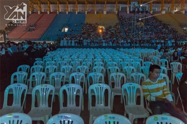 Trước giờ diễn ra chương trình, khu vực khách mời và khán giả vẫn có rất nhiều chỗ trống. - Tin sao Viet - Tin tuc sao Viet - Scandal sao Viet - Tin tuc cua Sao - Tin cua Sao