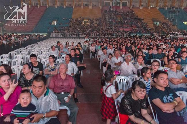 Đến khi chương trình chính thức bắt đầu cũng không thể lấp đầy hết chỗ trống ở khu vực khán giả. - Tin sao Viet - Tin tuc sao Viet - Scandal sao Viet - Tin tuc cua Sao - Tin cua Sao