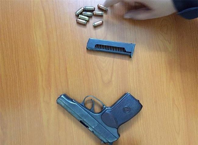 Hà Nội: Cảnh sát chạy bộ hơn 1km đuổi xế hộp bắt giữ nam thanh niên mang theo súng - Ảnh 2.