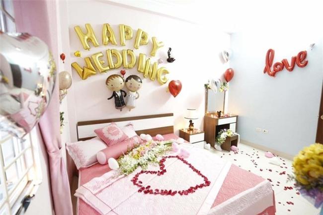 Vợ chồng nghèo và phòng tân hôn tự biên tự diễn khiến dân mạng khen nức nở đáng yêu