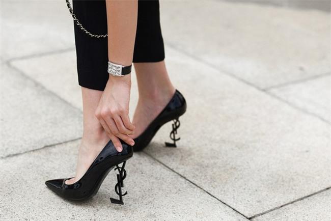 Angela Phương Trinh liệu có biết mình vừa sắm đôi giày giống cả Ngọc Trinh lẫn Kỳ Duyên - Ảnh 4.