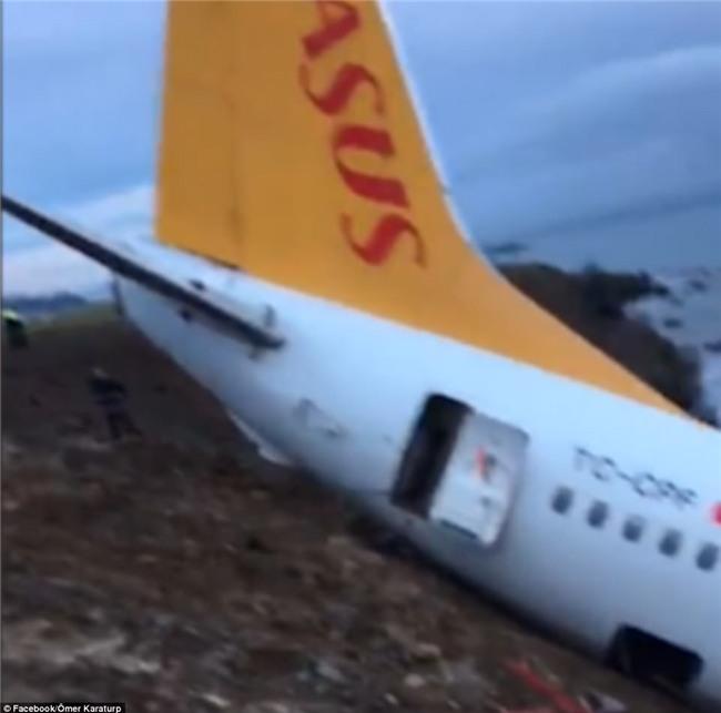 Máy bay lao thẳng xuống biển sau khi hạ cánh, 168 người sống sót an toàn, tránh được thảm kịch hàng không - Ảnh 11.