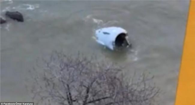 Máy bay lao thẳng xuống biển sau khi hạ cánh, 168 người sống sót an toàn, tránh được thảm kịch hàng không - Ảnh 10.