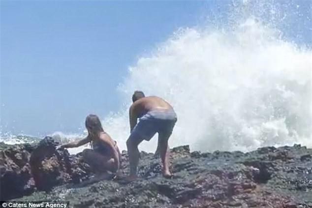 Ham hố chụp ảnh deep bên bờ biển, cặp đôi bị sóng đánh gãy chân, phải nhập viện khẩn cấp - Ảnh 3.