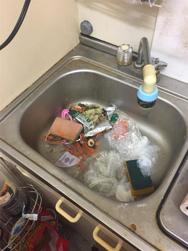 Kinh dị GÁI XINH Ở BẨN: Ăn xong vứt đồ thối um phòng còn chửi người khác không phụ dọn dẹp - Ảnh 1.