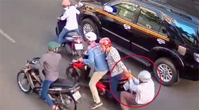 Người đàn ông bị 2 đối tượng dùng dao khống chế cướp xe táo tợn ở Sài Gòn - Ảnh 1.